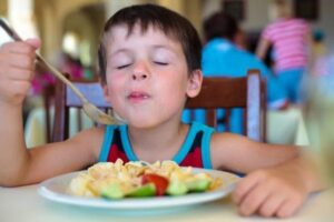 Aprenda cinco brincadeiras com alimentos para fazer com a criançada na hora das refeições
